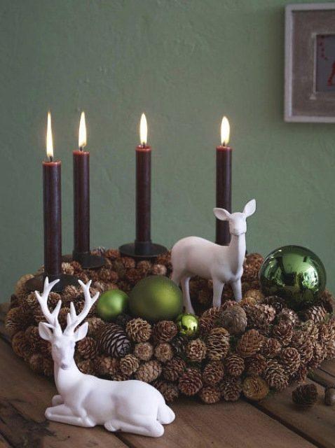 adornar la mesa con piñas de pino