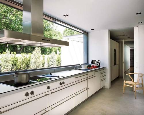 amplio ventanal en la cocina