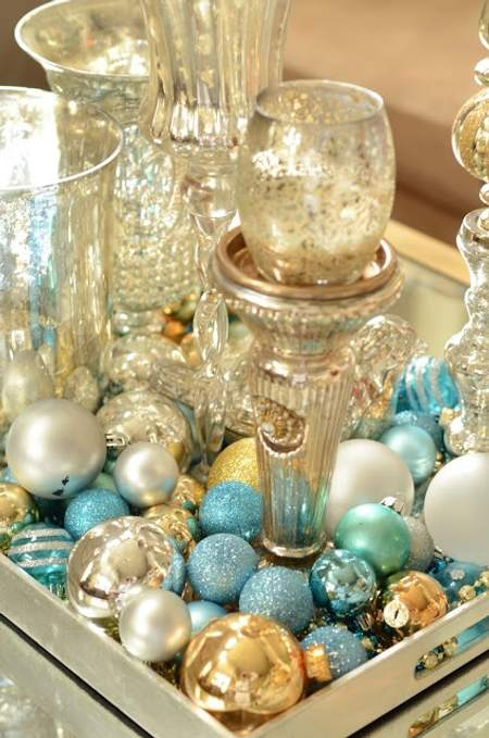 bandeja con bolas decorativas y cristal