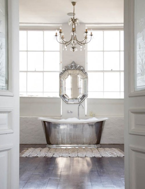 bañera plateada para baños con estilo