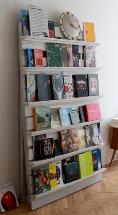Librero hecho de pallets desarmados