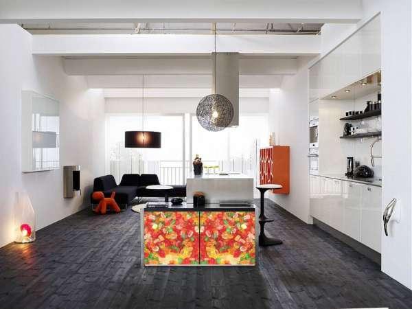 ¡Con el uso de un vinilo decorativo de color puedes devolverle su esplendor a un armario viejo!