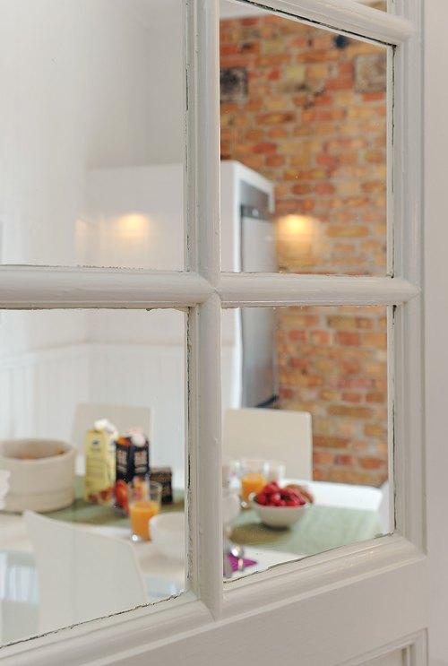 Cocina blanca y moderna con un toque r stico decoracion in - Cocina blanca moderna ...