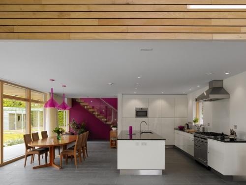 Cocina comedor moderna y con toques de color decoracion in for Cocina comedor moderna