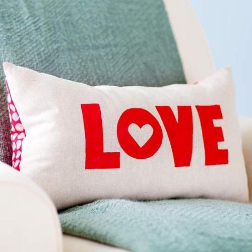 cojín con la palabra Amor / Love