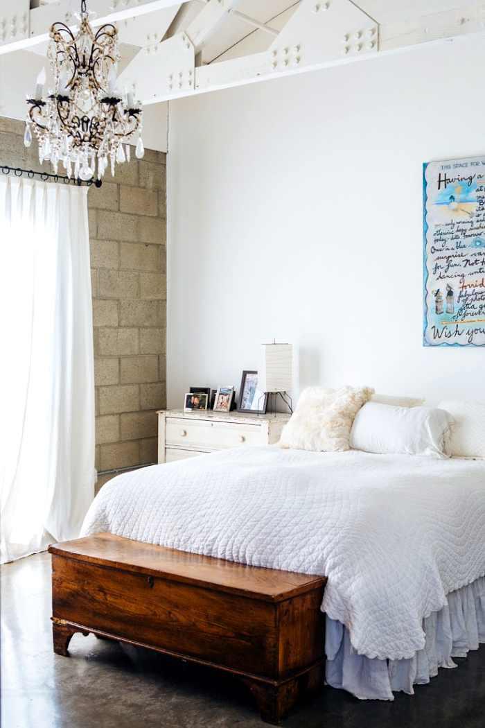 dormitorio que mezcla estilos y materiales