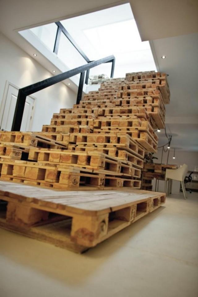 Escalera conformada por pallets completos