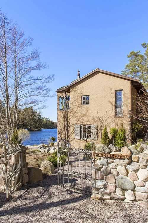 fachada de una villa en el lago