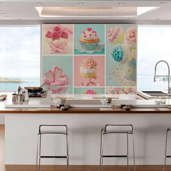 Al decorar la cocina también puedes usar un fotomural. Componer el color rosa polvoriento con el motivo de las magdalenas y los dulces añadirá a tu cocina más sabor.