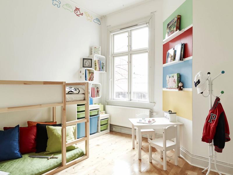 habitación de niños práctica y con toques de color