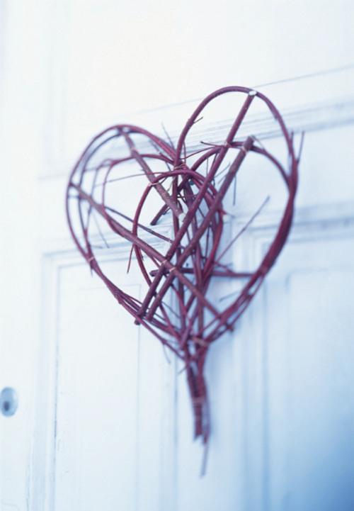 inspiración san valentín: un toque rústico en la puerta