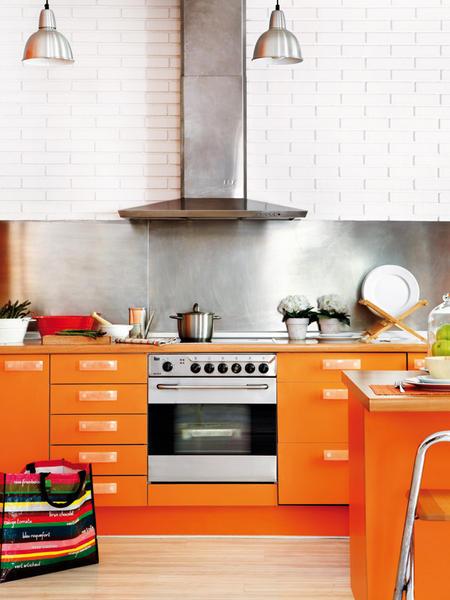 Moderna cocina color naranja abierta y luminosa - Cocinas naranjas y blancas ...