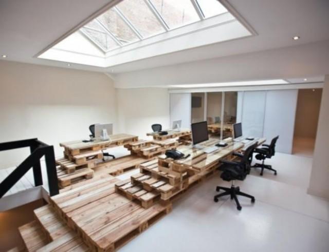 Oficina con todo su mobiliario hecho en pallets enteros