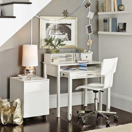 pequeño escritorio en un rincón