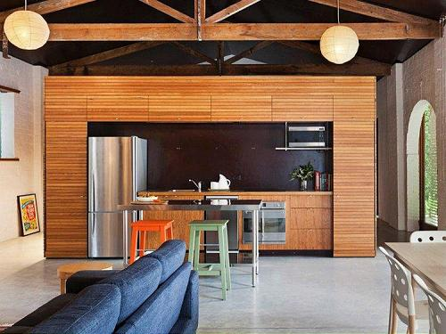 Revestimiento de madera para una cocina moderna for Revestimientos para cocinas modernas argentina
