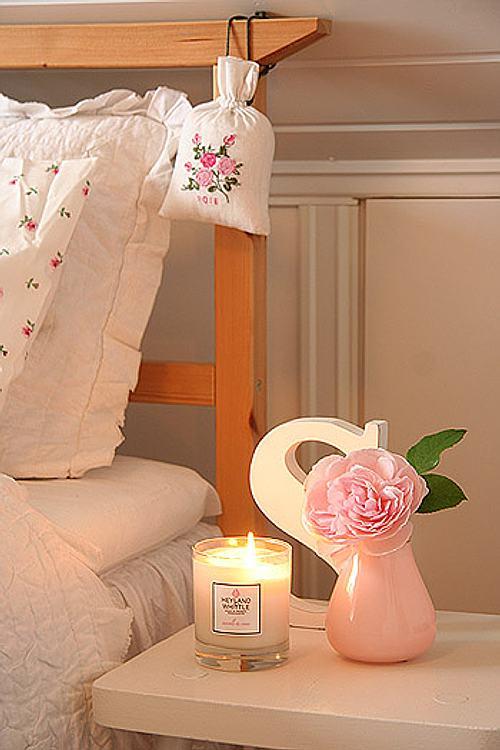 rincones con encanto: la mesa de noche con aromas