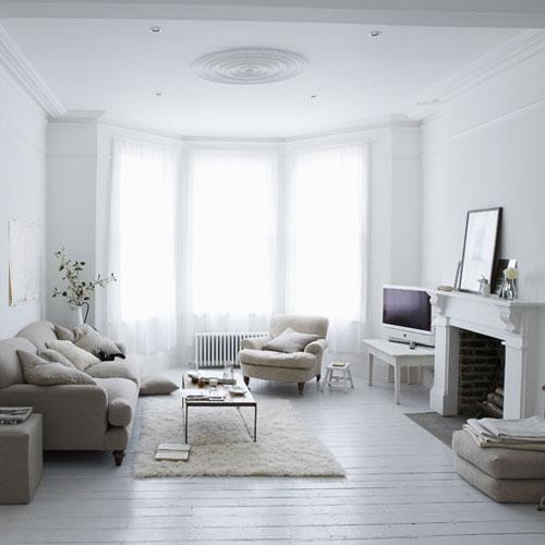 salón con capas de blanco