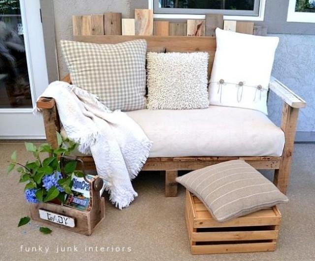 Un sofa de madera reciclada, con cojines
