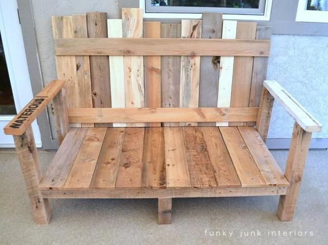 Un sofa de madera reciclada