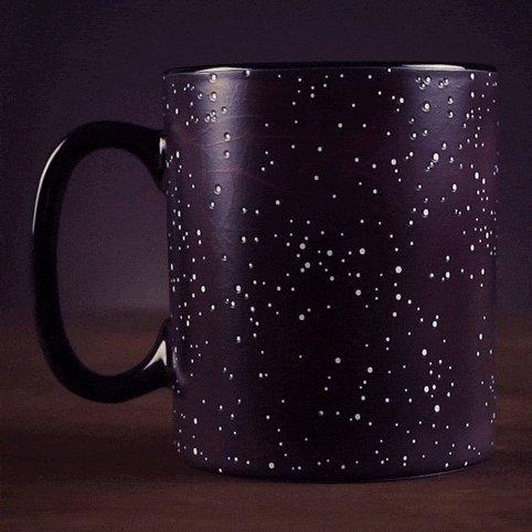 taza que muestra constelaciones